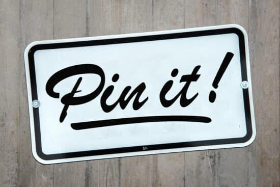"""Schild mit Aufschrift """"Pin it!"""" als Symbolbild für das Netzwerk Pinterest"""