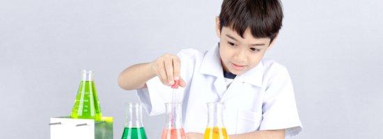 Kind macht ein Chemie-Experiment