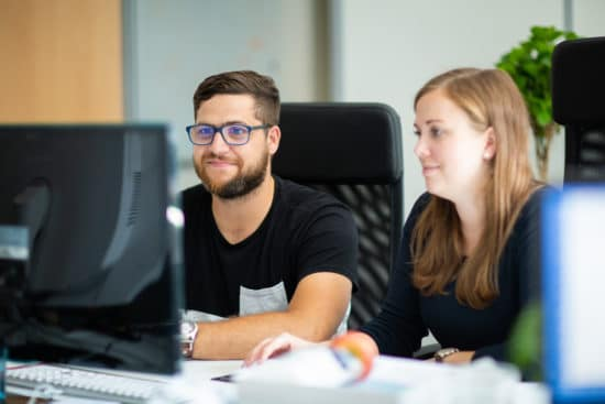 Foto: Markus und Claudia aus dem Team Performance Marketing bei der Arbeit
