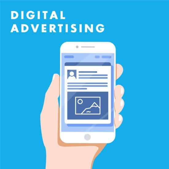 Social Ads Texte – Beispielbild mit Hand, die Smartphone hält