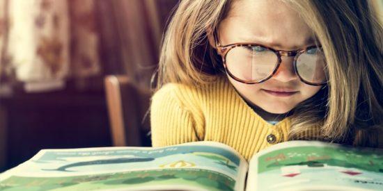 Mädchen liest konzentriert eine Geschichte