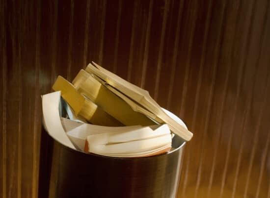 Abbildung: Bücher im Müll