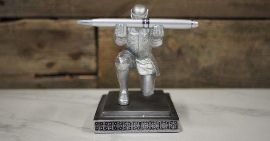 Ein Ritter hält einen Stift: Ein Sinnbild dafür, dass es gute Texte für digitale Kommunikation braucht