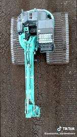 Abbildung: Screenshot eines TikTok-Videos, auf dem eine Baumaschine zu sehen ist.