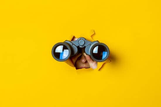 Abbildung zum Thema Influencer-Marketing-Tools: eine Person sieht durch ein Fernglas